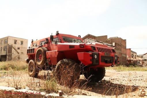 Бронированный красный автомобиль Hammer Marauder