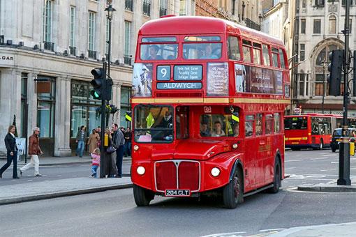 Двухэтажный красный автобус Routemaster снова вернулся в Лондон