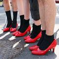 Мужчины в красной обуви на каблуках