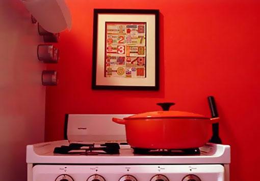 Красная кастрюля на кухне