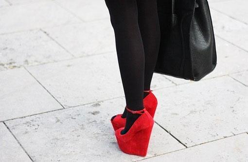 Красная обувь с чёрным