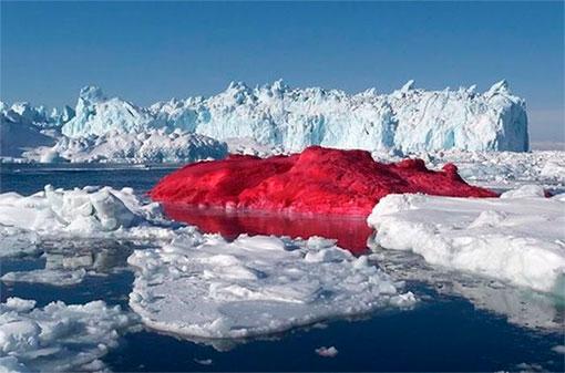 Красный айсберг в Гренландии