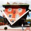Перевёрнутый красный дом в австрийской деревушке Терфенс