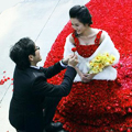 Шикарное свадебное платье для невесты из 9999 красных роз