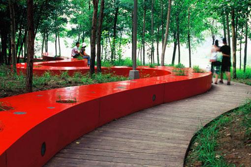 Удивительная скамья «Красная лента» - новое мировое чудо архитектуры