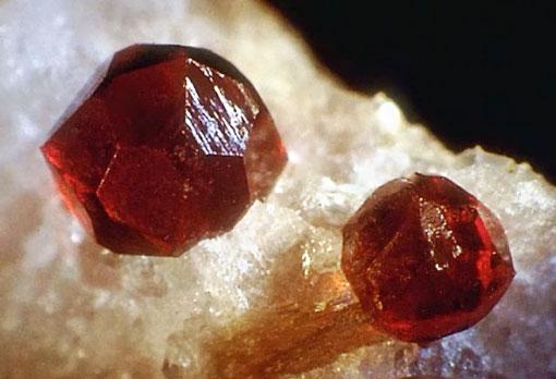 Лечебный камень альмадин