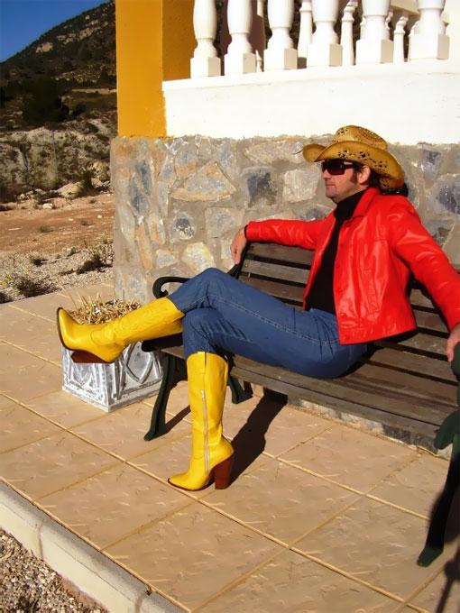 Мужчина в обуви на высоком каблуке