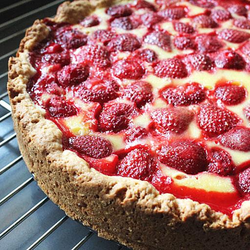 Рецепт красного пирога на скорую руку из клубники с грецкими орехами