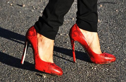 Красные туфли с чёрным