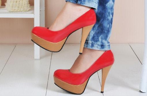 Красные туфли и тёмно-синие зауженные джинсы