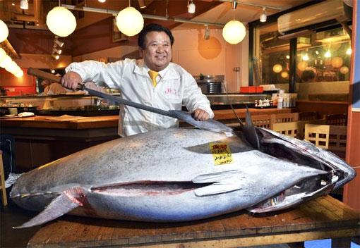 На рыбном аукционе в Токио был продан гигантский голубой тунец весом 222 кг
