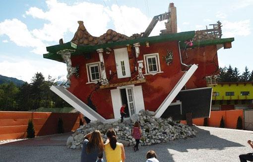 Необычный перевёрнутый красный дом в австрийской деревушке Терфенс