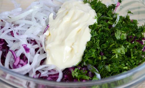 Добавьте в салат лук, зелень, майонез